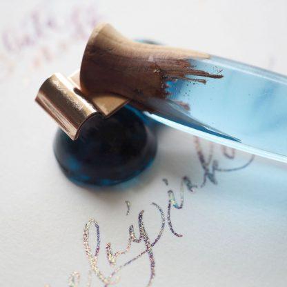 Krasopěrátko modré s resinem